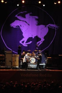 53c7720fb971d-neil-young-crazy-horse-debut-concert-in-turkey-woodstock-vibe-in-istanbul-8